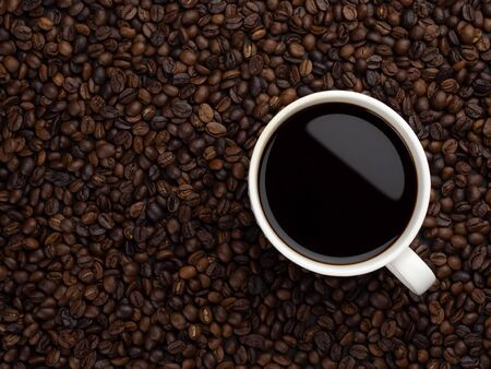 Close-up and top view of hot black coffee in white coffee cup on roasted coffee beans background with area for copy space Banque d'images