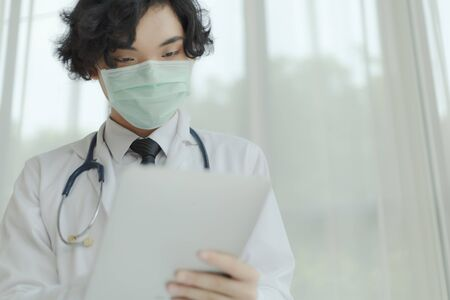 Doctor in white uniform and medical mask with stethoscope. Copy space 免版税图像