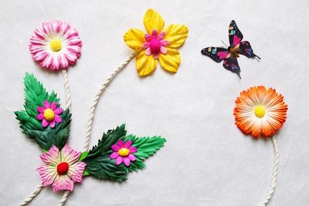 morera: Artificial colorida flores sobre fondo de papel de Mora Foto de archivo
