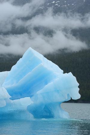 deep freeze: iceberg azul flotando en alaska Foto de archivo