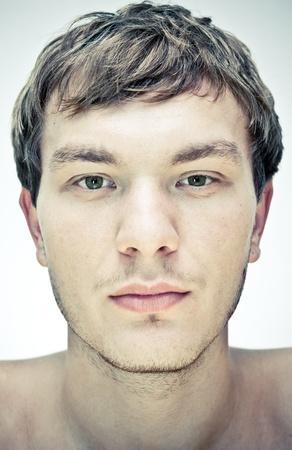 rostro hombre: rostro masculino sobre un fondo blanco Foto de archivo