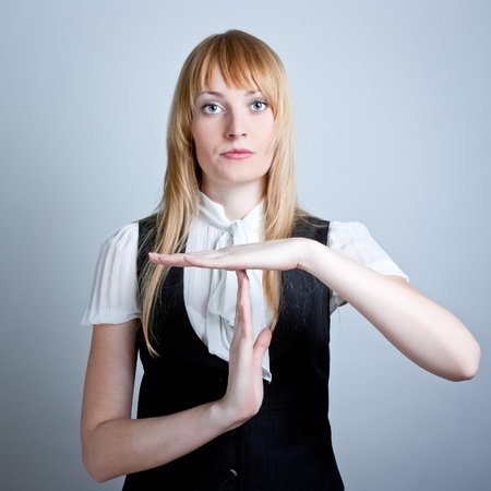 Portret van jonge vrouw gebaren een time-out teken Stockfoto