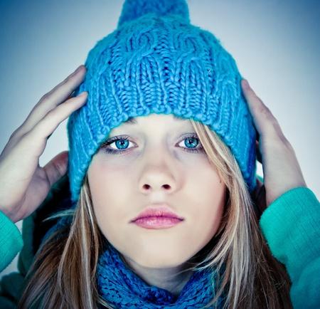 rubia ojos azules: Hermosa chica en ropa de invierno