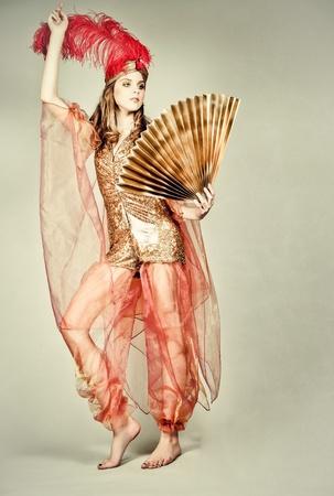 Chica vestida como la reina de Oriente Foto de archivo