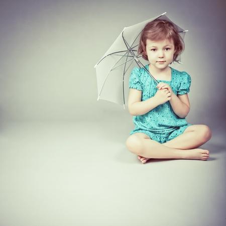 jolie petite fille: la beaut� d'une petite fille avec un parapluie Banque d'images
