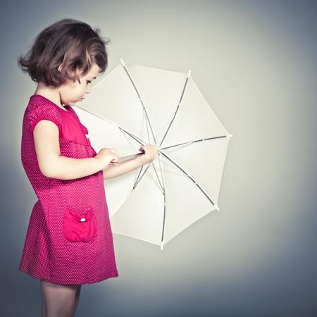 jolie petite fille: la beauté d'une petite fille avec un parapluie Banque d'images