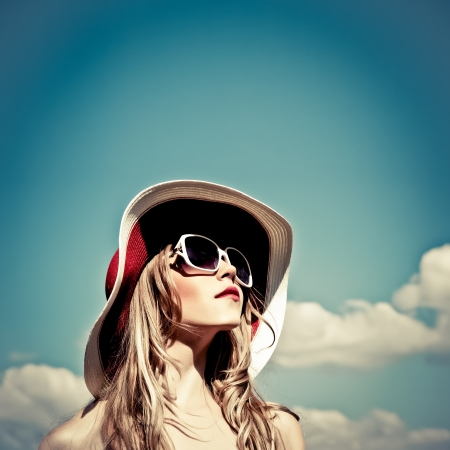 mooie vrouwen: portret van een mooi meisje in de lucht