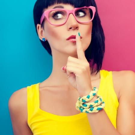jolie fille: Portrait de femmes élégantes le secret Banque d'images