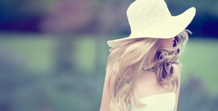 móda: Romantický dívka venku Summer chodit