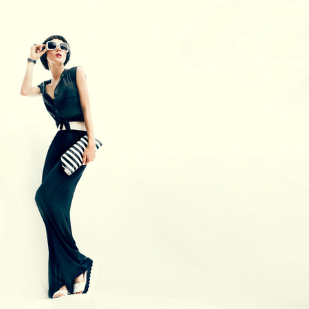 若いおしゃれな女性。黒と白のスタイル