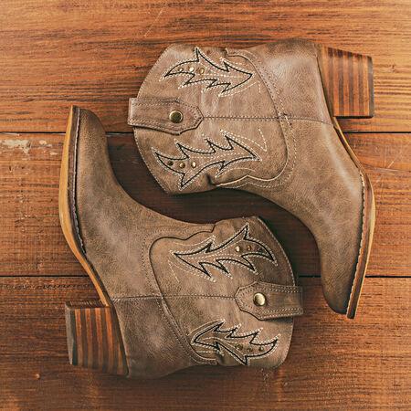 botas vaqueras: Botas de vaquero retras en fondo de madera de la vendimia