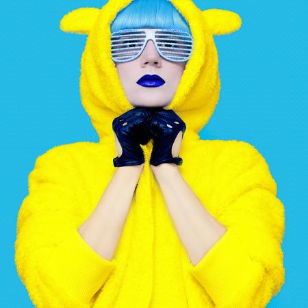 Oso de peluche chica loca en una sudadera con capucha brillante sobre un fondo de color azul exclusivo Foto de archivo