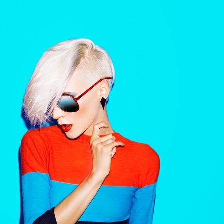 파란색 배경에 유행 헤어 스타일과 선글라스 패션 금발 여자