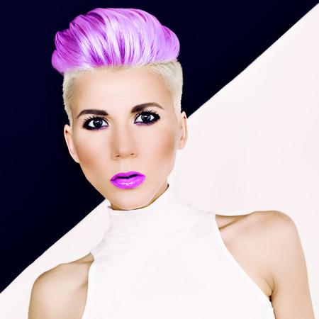 Sinnliches Portrait blondes Mädchen mit moderner Frisur und Make-up. Gefärbtes Haar Trend Standard-Bild - 34311446