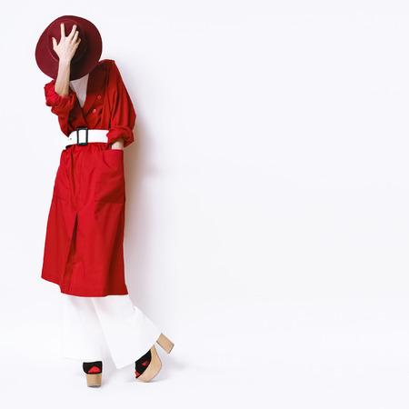 흰색 배경에 빨간 망토와 모자에 빈티지 패션 초상화 레이디 스톡 콘텐츠