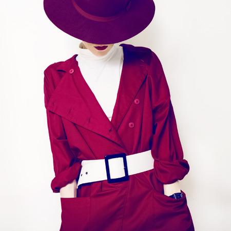 mujeres fashion: estilo de moda vintage lady hermosa en una capa roja y un sombrero