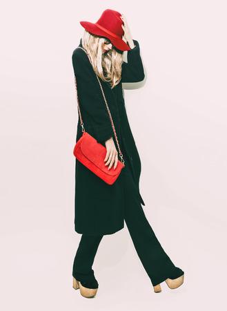 클래식 한 검은 코트와 빨간 모자 매력적인 패션 금발 소녀. 가을 스타일