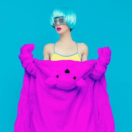 winter party: orsacchiotto ragazza su sfondo blu. Partito inverno pazzo. Club stile di danza