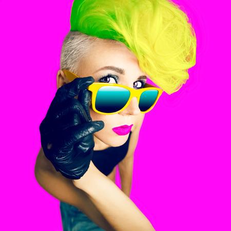 感情的な華やかな女性ディスコ パンク ファッション スタイル 写真素材
