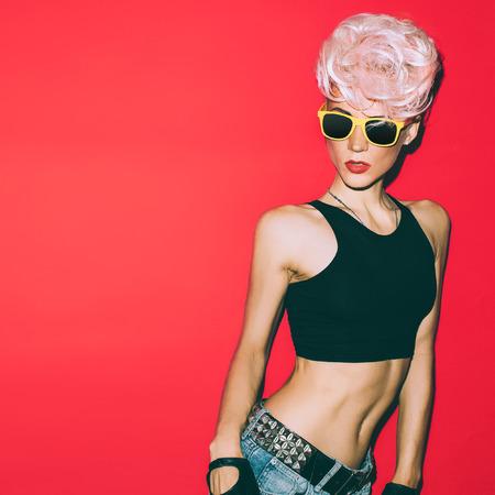 빨간색 배경에 미친 디스코 펑크 소녀입니다. 뜨거운 파티