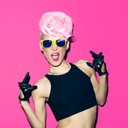 감정 매력적인 금발의 디스코 펑크 패션 스타일