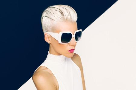 유행: 세련된 머리와 트렌디 한 선글라스 금발 모델. 패션 사진 스톡 콘텐츠