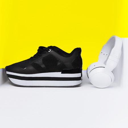 estilo urbano: Estilo urbano de moda. Zapatos con estilo y auriculares de dise�o brillante.