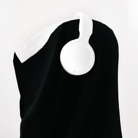 estilo urbano: Estilo urbano de moda. Blanco y negro combinaci�n. accesorios de moda. Auriculares y sombrero