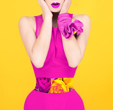 深紅色のスタイルのファッション女性の驚き。春の花、バラ