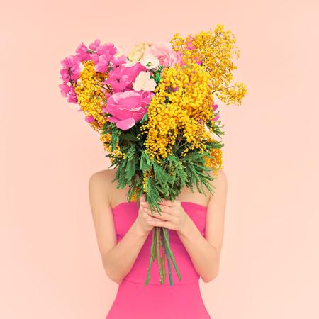 彼女の手で花の花束を持つ少女。3 月の花、春、ロマンス、8