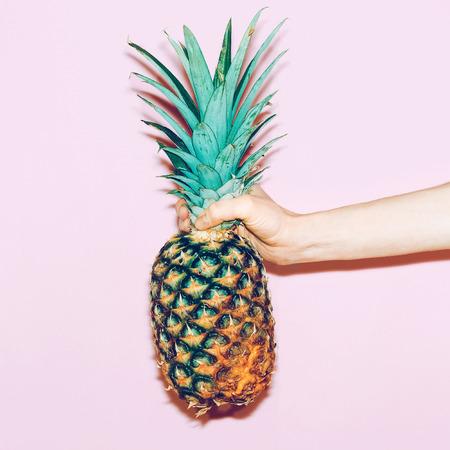 ananas in de hand. Mode minimalistisch design stijl