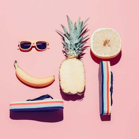 여름 해변 설정합니다. 패션 액세서리와 과일입니다. 바닐라 스타일.