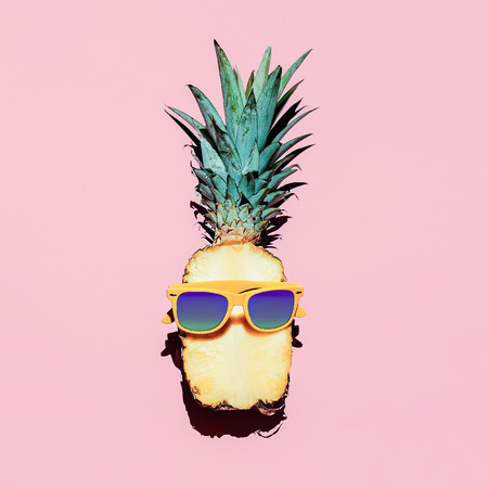 소식통 파인애플 패션 액세서리와 과일입니다. 바닐라 스타일. 스톡 콘텐츠