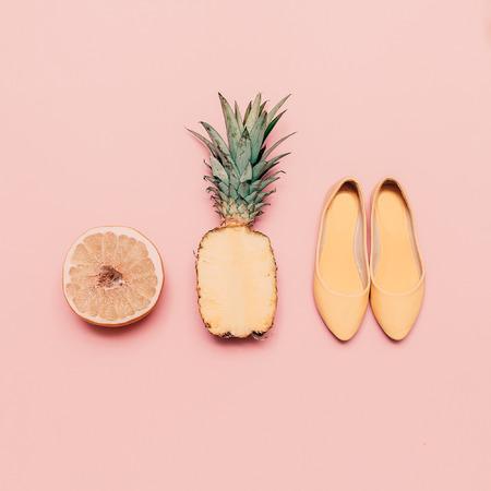 pomelo: Señoras de la manera del estilo del verano fija. Frutas y zapatos de vainilla