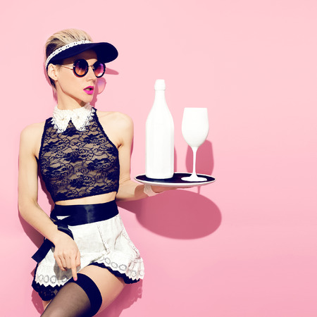 charolas: Chica siervos de moda. camarera estilo