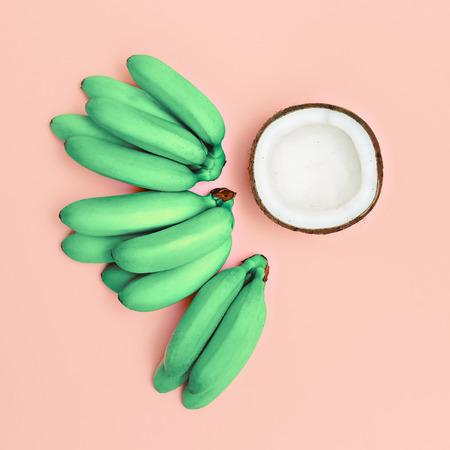패션 사진은 바나나와 코코넛을 설정합니다. 핑크 바닐라 여름 스톡 콘텐츠