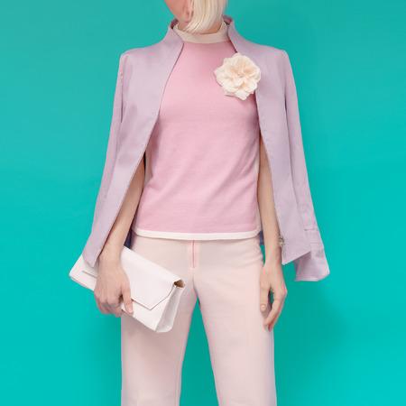 freshness: Moda chica rubia en ropa glamorosa verano con accesorios de �ltima moda. Verano brillante frescura