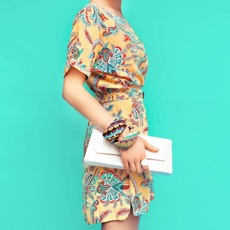 mode: Fashion Lady. Strand-Stil. Kleidung für den Urlaub. Kleid mit stilvollem Design Lizenzfreie Bilder