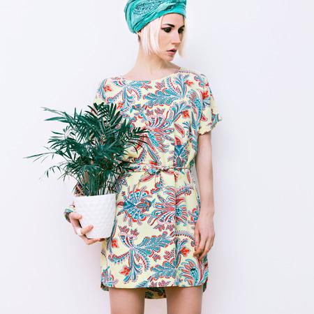 트렌디 한 여름 드레스에 꽃과 함께 모델 스톡 콘텐츠