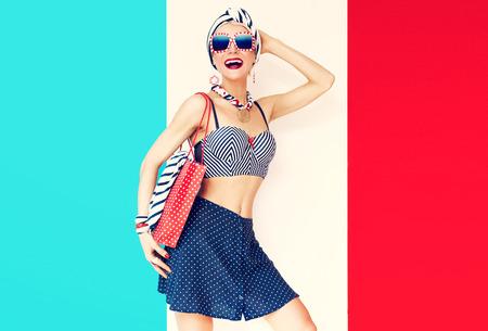 행복한 휴가 소녀. 마린 스타일의 패션 스톡 콘텐츠
