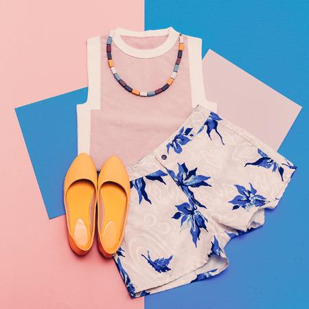 레이디 의류를 설정합니다. 바닐라 여름 스타일. 유행 T 셔츠, 반바지 및 액세서리