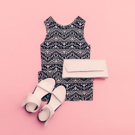 Lady oblečení set. Šaty a boty. Trendy geometrické tisky.