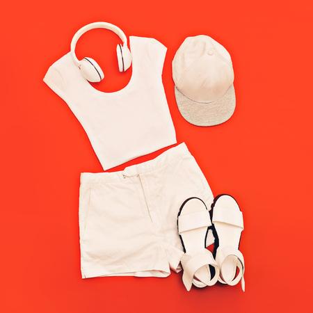 estilo urbano: conjunto blanco. Ropa blanca y accesorios en fondo rosado brillante. Estilo urbano Foto de archivo
