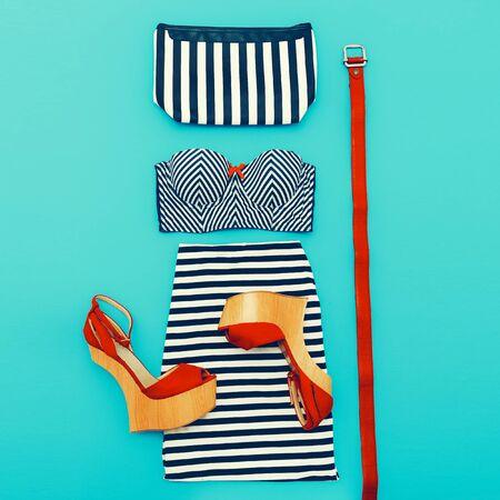 moda ropa: Estilo de la moda de Marina. Ropa Set dama sobre fondo azul. Accesorios y zapatos con estilo Foto de archivo