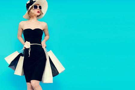 華やかな夏のショッピング女性スタイル 写真素材 - 44776135