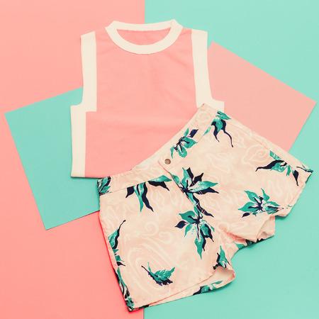 레이디 설정합니다. 바닐라 여름 스타일. 유행 T 셔츠와 반바지. 스톡 콘텐츠