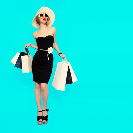 행복 쇼핑. 매력적인 여름 아가씨. 스톡 콘텐츠