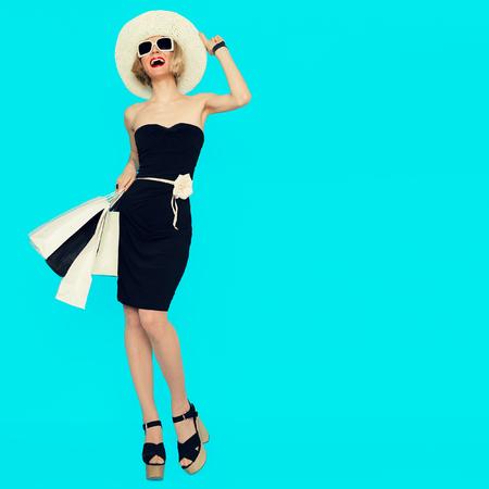 青の背景に買い物袋を持つ幸せショッピング女性
