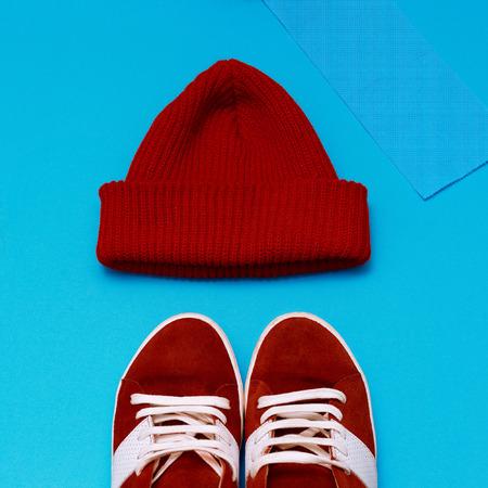 tejido de lana: Conjunto de hipster urbano con estilo. Zapatillas rojas y sombrero Foto de archivo