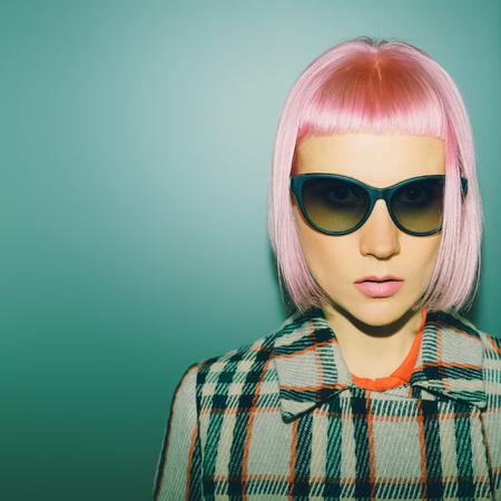 ピンクの髪を持つファッショナブルな女性 写真素材